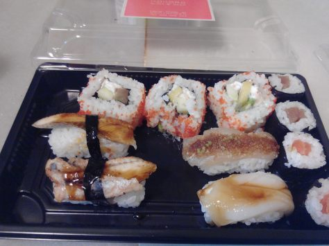La bandeja: abajo a la derecha, los de anguila, arriba los rolls, en medio, pez espada y calamar, a la izquierda, el maki